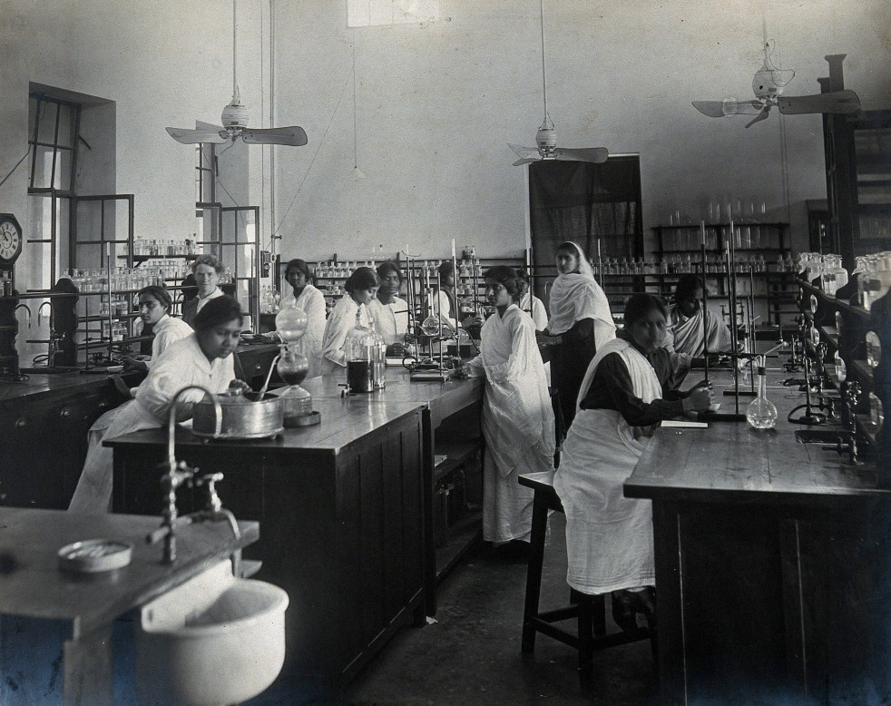 Lady Hardinge Medical College and Hospital, 1921, Women students in a laboratory [Wellcome Collection]